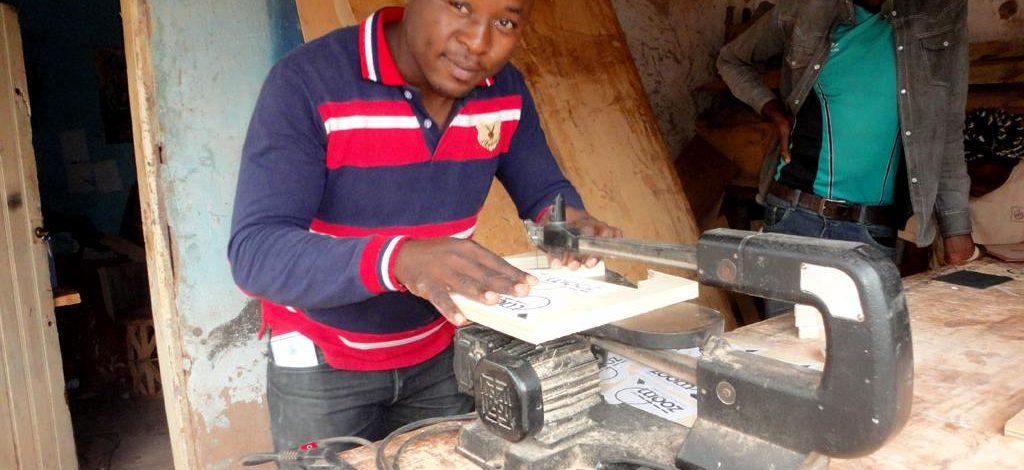 Cameroun : Cyrille Teukam «Je sculpte tout avec le bois»