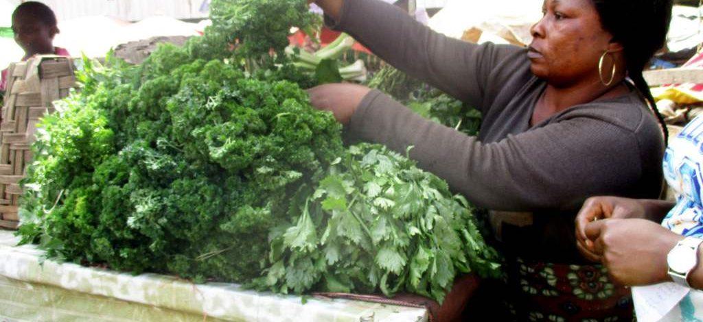 Cameroun : Ambiance au marché des condiments feuilles